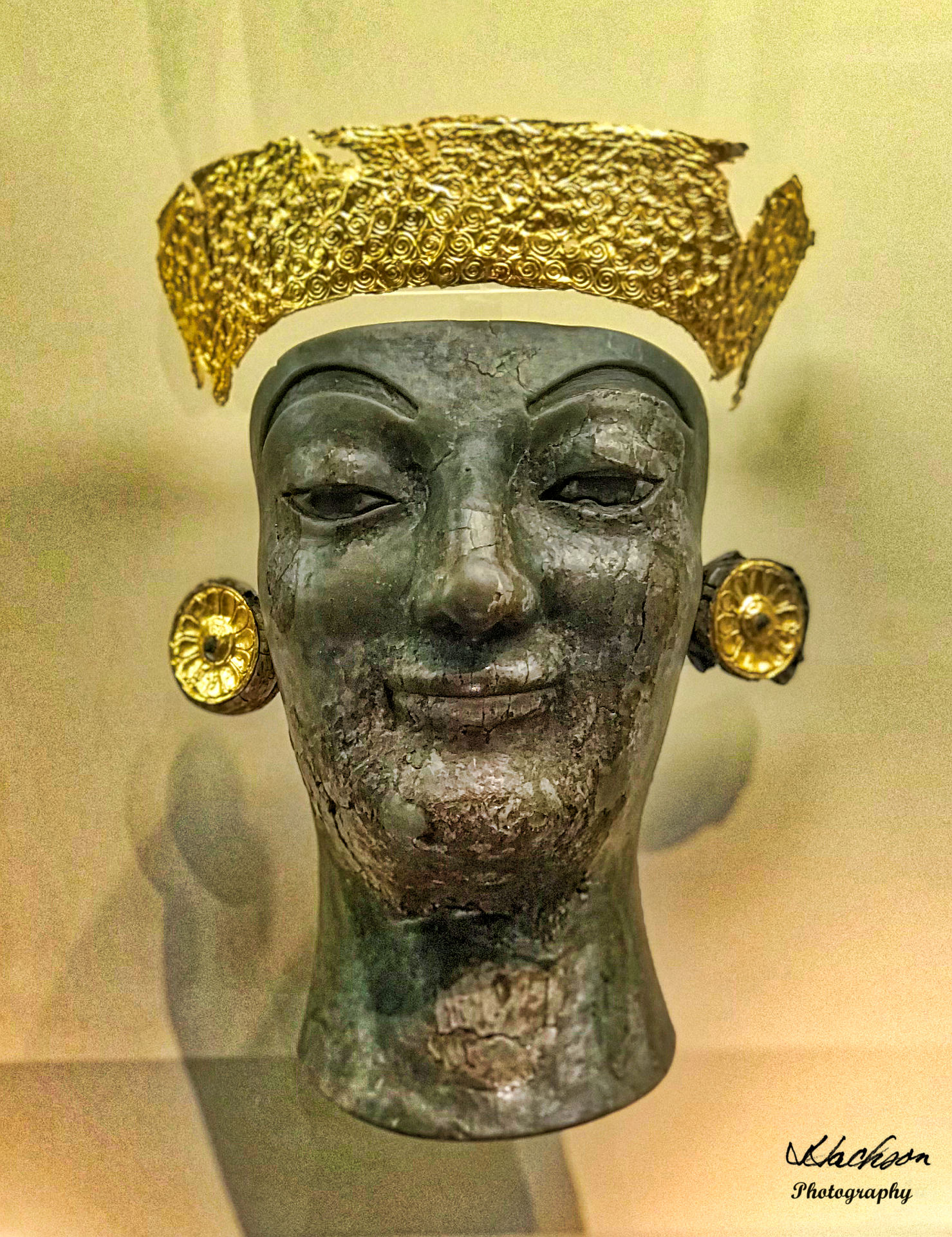Photo of the headdress of an archaic chryselephantine female